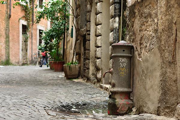 Small-fountain-in-Rome